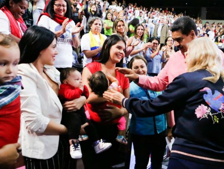 Maduro propone constitucionalizar período de gestación y lactancia materna en resguardo de la familia